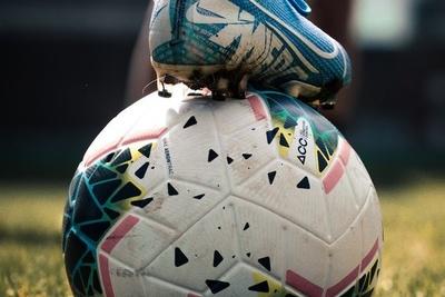 Cách chọn quả bóng đá phù hợp cho các loại sân
